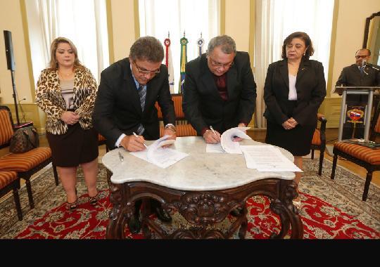Des. Constantino Guerreiro com o prefeito Zenaldo Coutinho assinam termo de cooperação técnica em solenidade no salão nobre do TJPA (Foto: Ricardo Lima/TJPA)