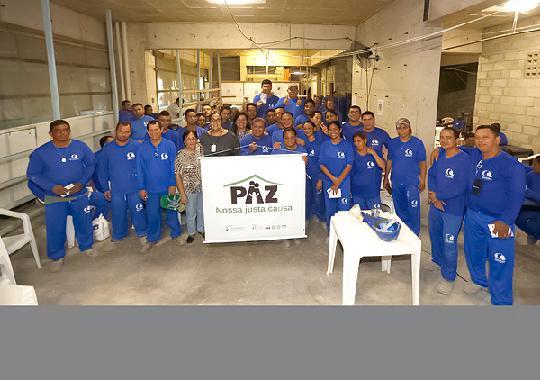 Servidoras do TJPA posam para foto com operários e a coordenadora do projeto Educar após a palestra (Foto: null / Ricardo Lima/TJPA)